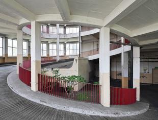 Garaż ze spiralnymi rampami